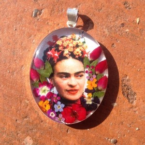 A Frida pendant, with real flowers